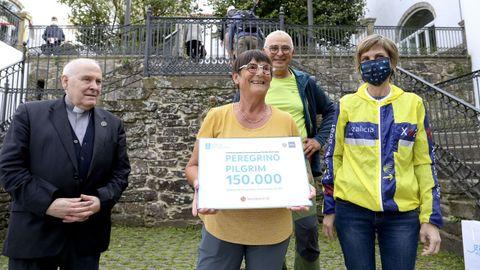 Marie Boileau junto a su marido, la directora de Turismo, Nava Castro, y el delegado de peregrinaciones de la Catedral, Segundo Pérez.