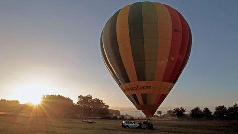 Un aerostato de la empresa Globos Boreal a punto de iniciar un vuelo en el municipio de Taboada, en una foto de archivo