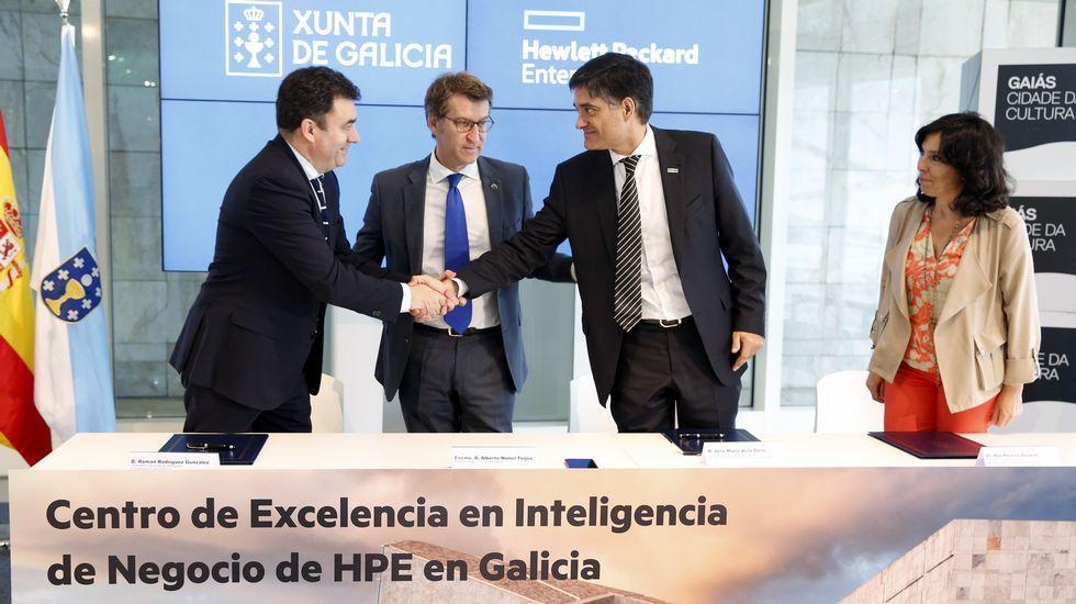 El paraíso de las etiquetas.De izquierda a derecha, Óscar Mata, Albino Pombo y Francisco Fernández, galardonados con los Premios EXtraordinarios Fin de Carrera de la Xunta