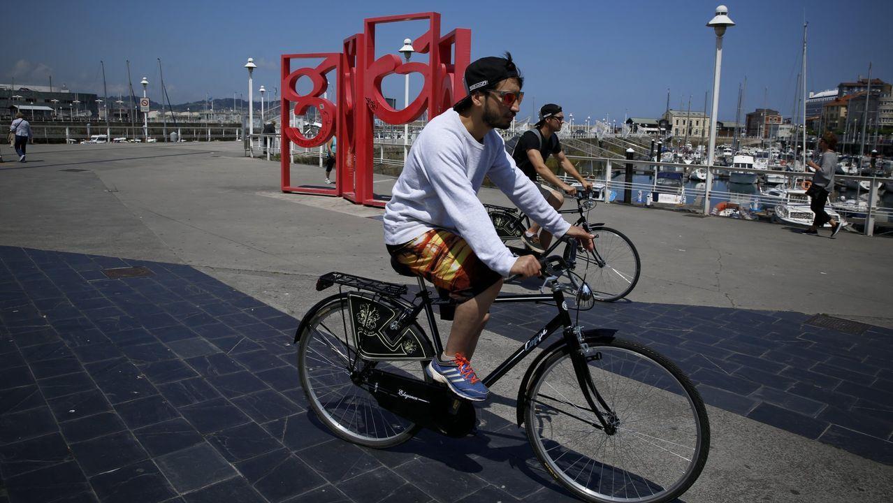 paseo muro de san lorenzo gijon.Imagen de archivo de ciclistas en el puerto deportivo de Gijón