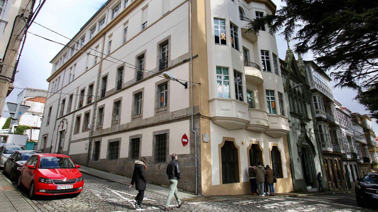 Exterior del colegio ferrolano Tirso de Molina, donde se han detectado hasta el momento 39 casos vinculados al brote detectado la semana pasada