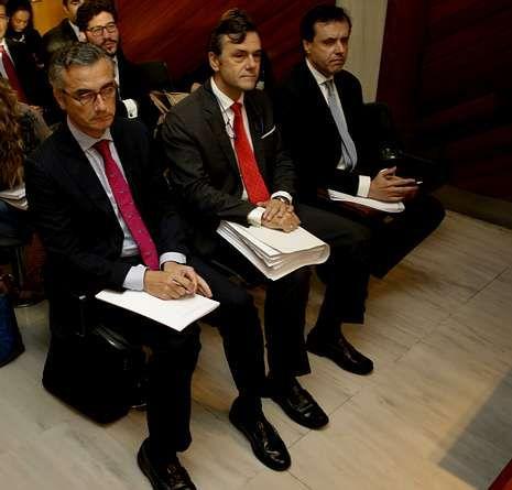 Roberto Tojeiro (en el centro), antes de comenzar el juicio.