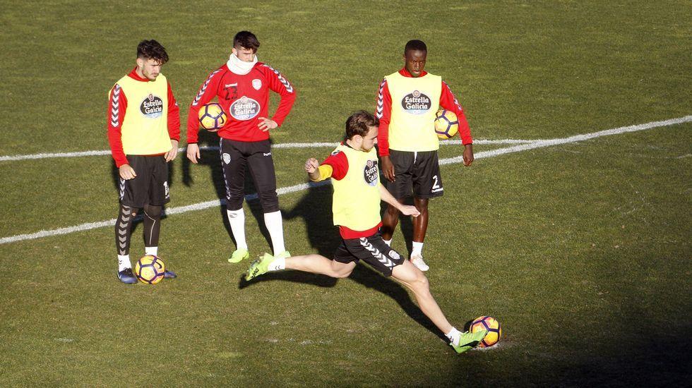 Damiá Sabater espera turno junto a Calavera y Leuko para tirar un penalti en un entrenamiento celebrado en O Ceao.