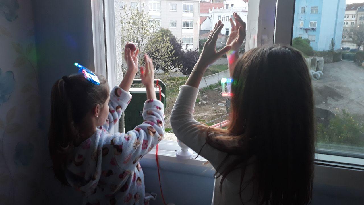 En la imagen, las hijas de Coke Blanco, Virginia y Marina, animando el ambiente en Canido