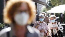 Imagen de gente con mascarillas tomada en una céntrica calle de Vigo