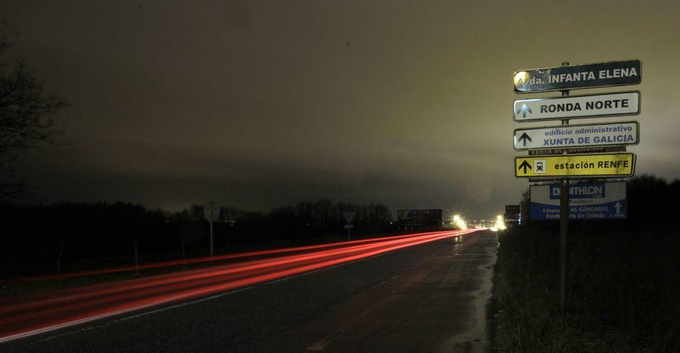 Fomento no ilumina vías nacionales a su paso por Lugo.Desde O Ceao hasta el centro comercial no hay un solo punto de luz en todo el tramo de carretera