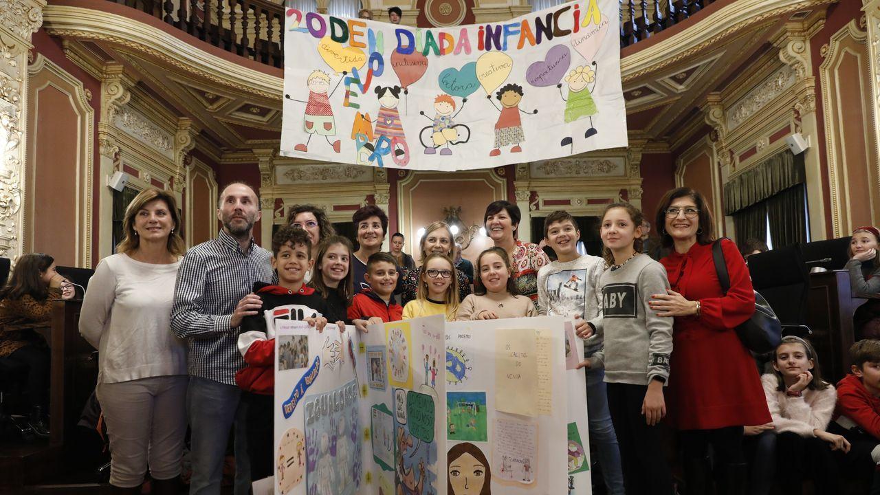 El alcalde de la ciudad, Gonzalo Pérez Jácome, no dudó en participar, junto medio centenar de alumnos del CEIP A Ponte, en el pleno infantil que tuvo lugar en el Concello