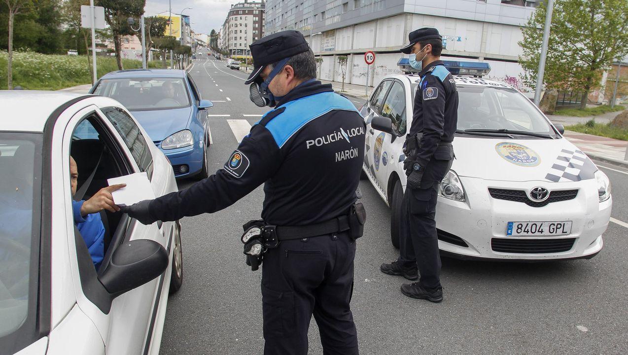 Control de la Policía Local de Narón en la rotonda de Freixeiro, en una imagen de archivo
