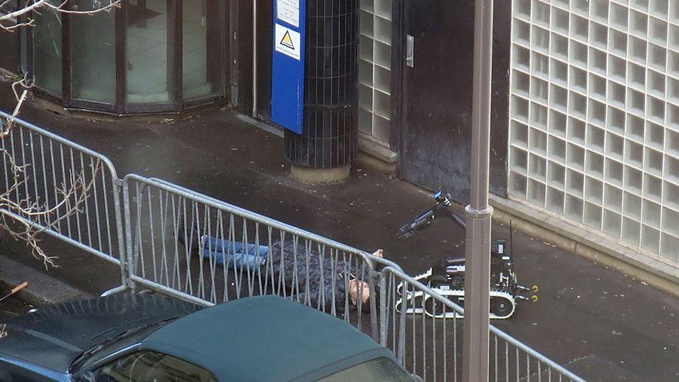 ¿Qué fue de Charlie Hebdo?.El cuerpo del individuo quedó tendido en el suelo en el exterior de la comisaría de la calle de la Goutte d'Or, en torno a la que se organizó un cordón policial con decenas de agentes.