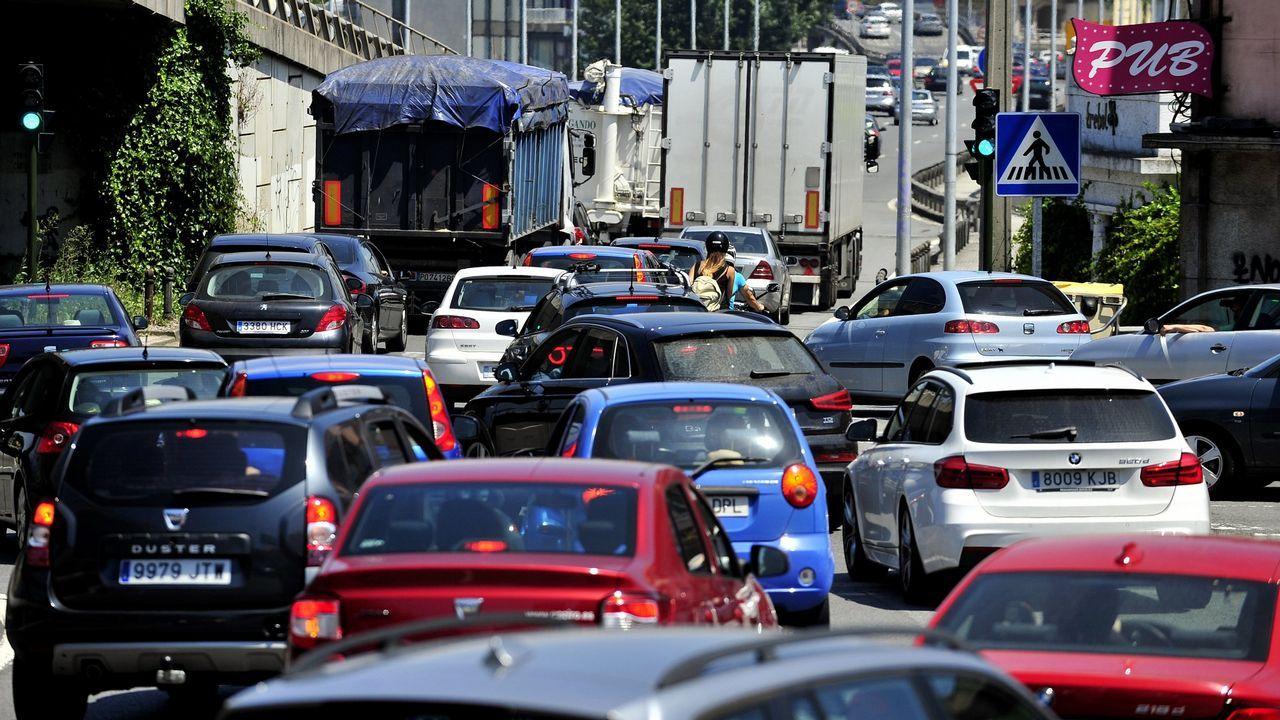 Gómez-Limón pide el voto para el BNG.Tráfico en una de las entradas de A Coruña