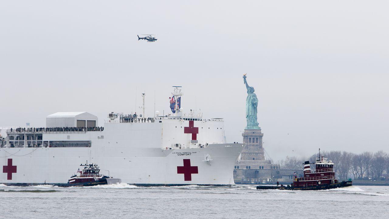 El buque hospital USNS Comfort llegando al puerto de Manhattan, en Nueva York