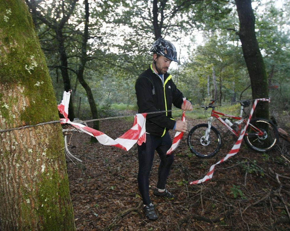 Los ciclistas han localizado numerosas trampas, como la de la imagen en una pista del Verducido.