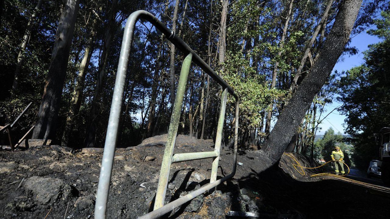 Una brigadista en medio de un incendio en un monte de Carballo, el pasado marzo
