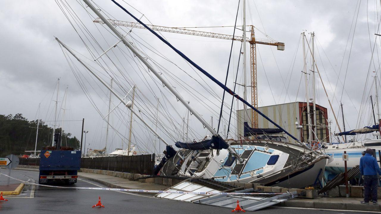 El viento tira un barco del astillero de O Xufre, en A Illa, sobre la carretera