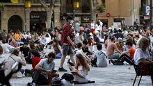 Multitud de jóvenes, en una plaza de Barcelona, el día que la ciudad estrenó la fase uno de la desescalada