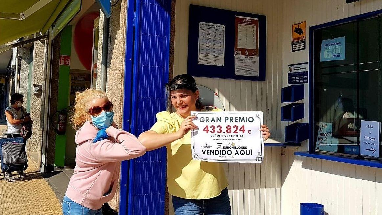 Pacientes en la puerta del centro de salud de Casco Vello