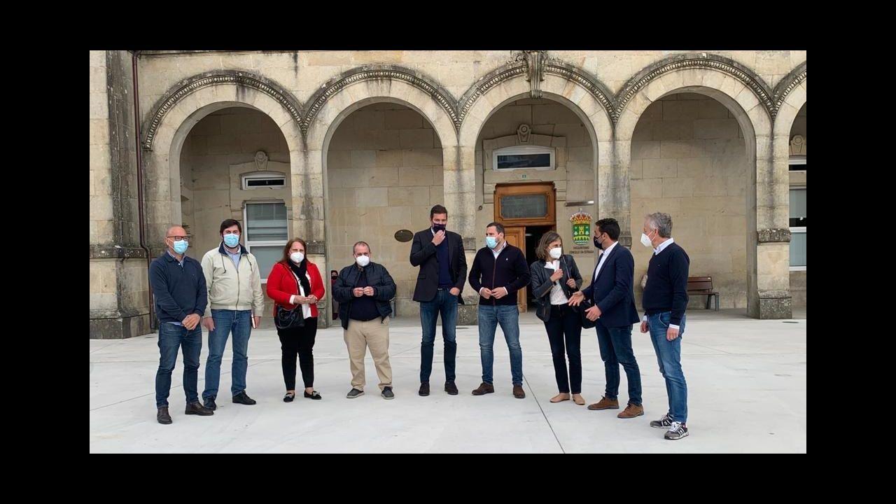 Colas para vacunarse contra el covid en Pontevedra.El vicepresidente de la Xunta, Alfonso Rueda, entrega un camión para el GES de A Lama