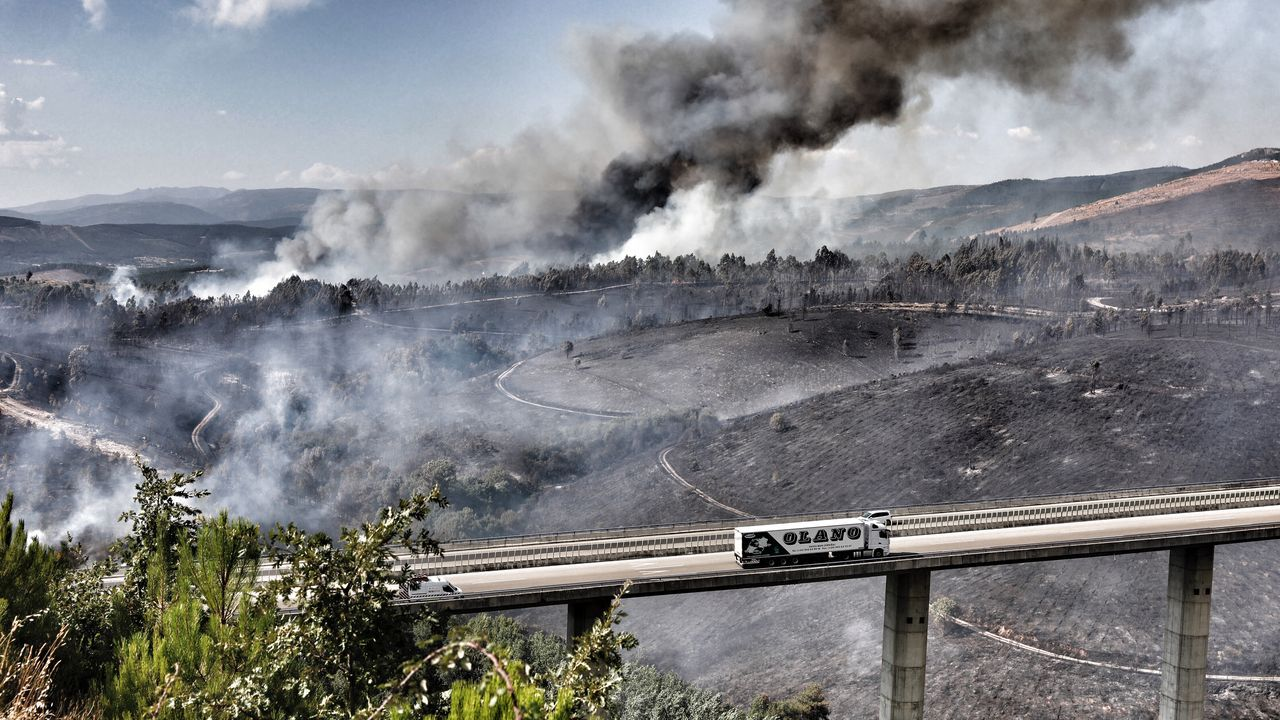 Incendio en la A-52 a la altura de Queirugás.Imagen del incendio forestal de Cualedro, que comenzó el miércoles