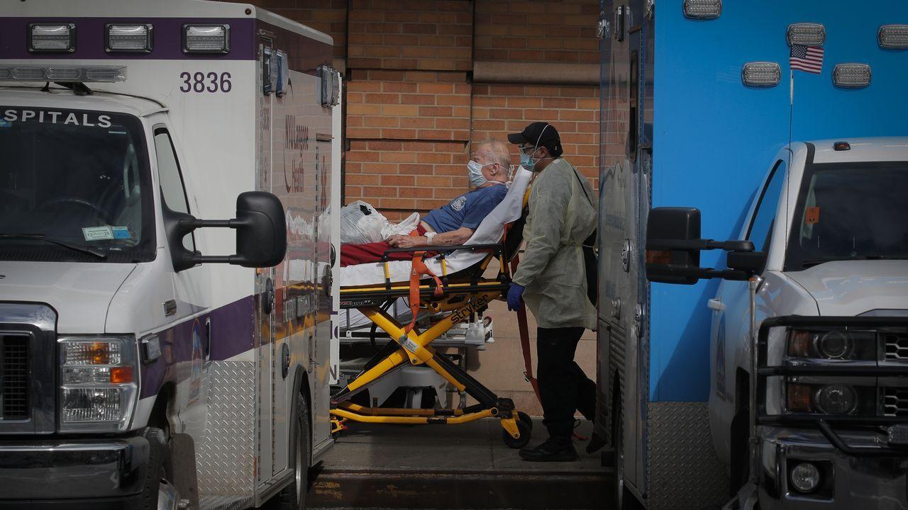 Personal médico traslada a un paciente en el barrio de Brooklyn