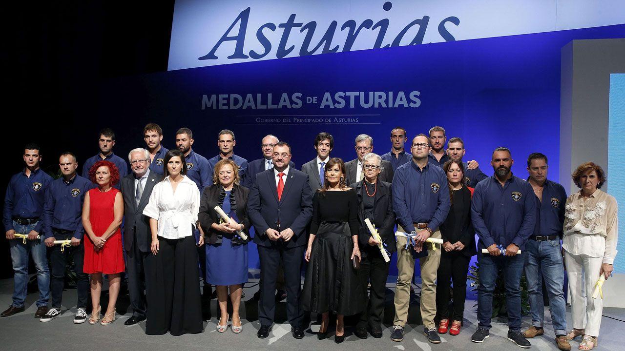 Foto de familia con todos los galardonados en las Medallas de Asturias 2019 y el presidente del Principado, Adrián Barbón