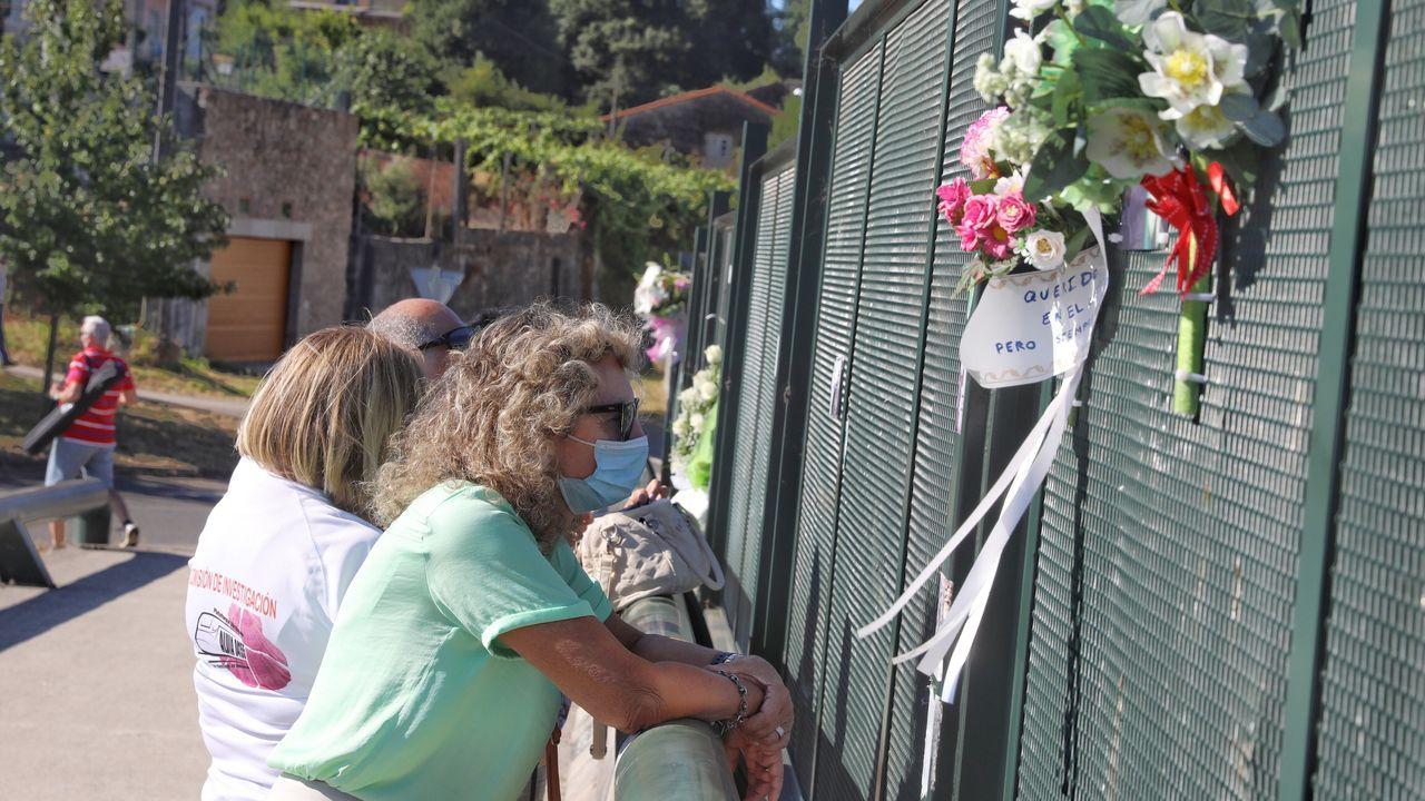 Homenaje a las víctimas del accidente de tren de Angrois.Víctimas y familiares reunidos en Angrois en el primer aniversario de la tragedia ven pasar el tren a la misma hora en que se produjo el descarrilamiento un año antes