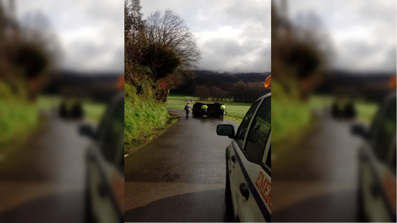 Un coche se sale de la carretera en el témino municipal de Meira.García MC actúa en la Diputación con motivo del mes de Rosalía