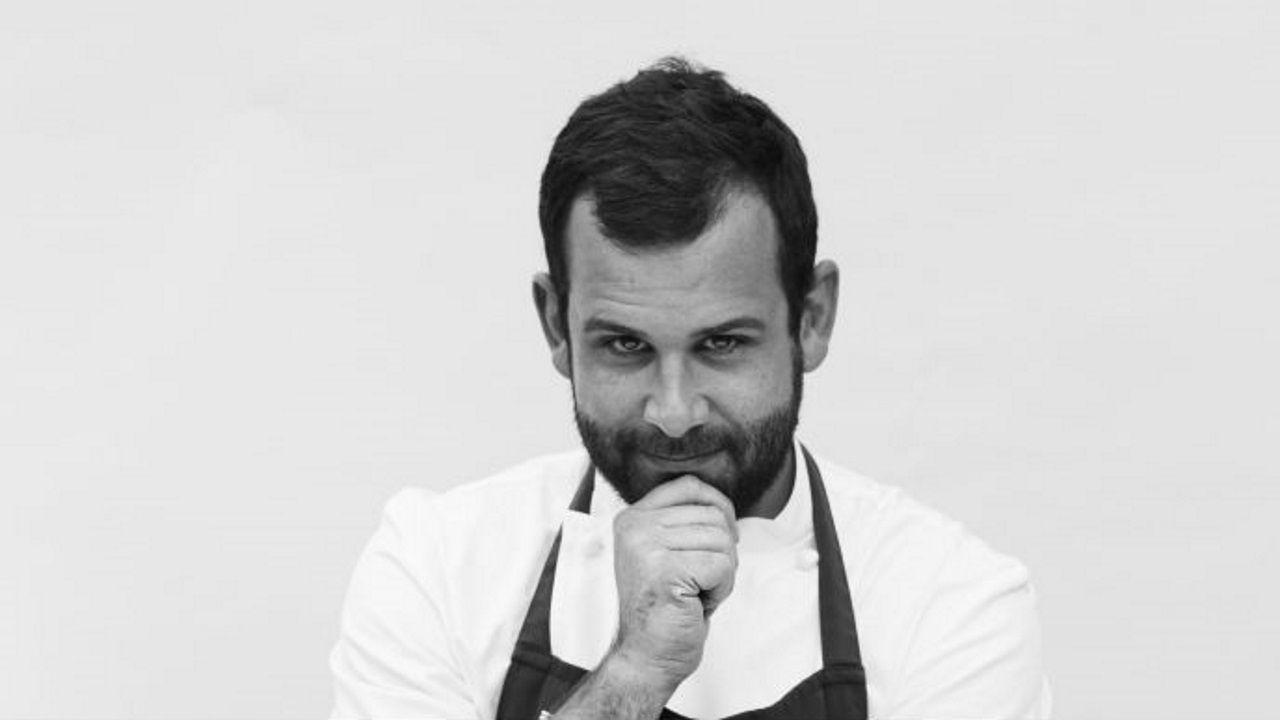 JULIÁN OTERO. MUGARITZ. Responsable de I+D  Este lucense, tras reorientar su vocación de biblioteconomía, comezó a estudiar cocina en la Escuela de Hostelería de Lugo, para terminar como número 2 de la primera promoción del Basque Culinary Center, y cumplir sus sueños en los fogones de Mugaritz.