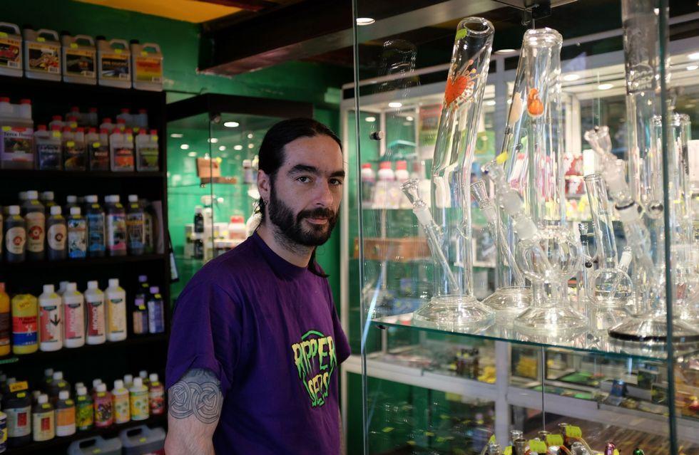 Carlos Bilbao afirma que cada vez se acercan más consumidores a su tienda que usan la marihuana con fines terapéuticos.