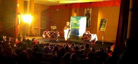 Los alumnos del colegio de Rodeiro disfrutaron de la actuación en el centro cultural Manuel Lamazares.