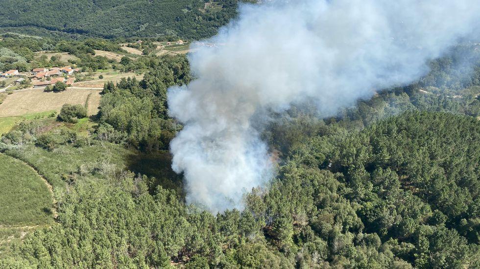Fotografía de los primeros momentos de este incendio sacada desde el helicóptero de la brigada de bomberos forestales del monte Marroxo