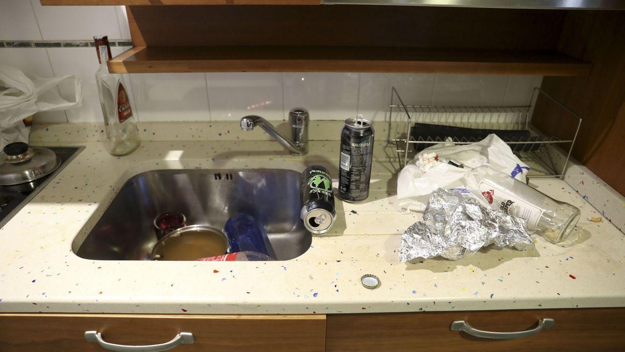 Los participantes en la fiesta causaron numerosos destrozos y dejaron botellas vacías por todas partes