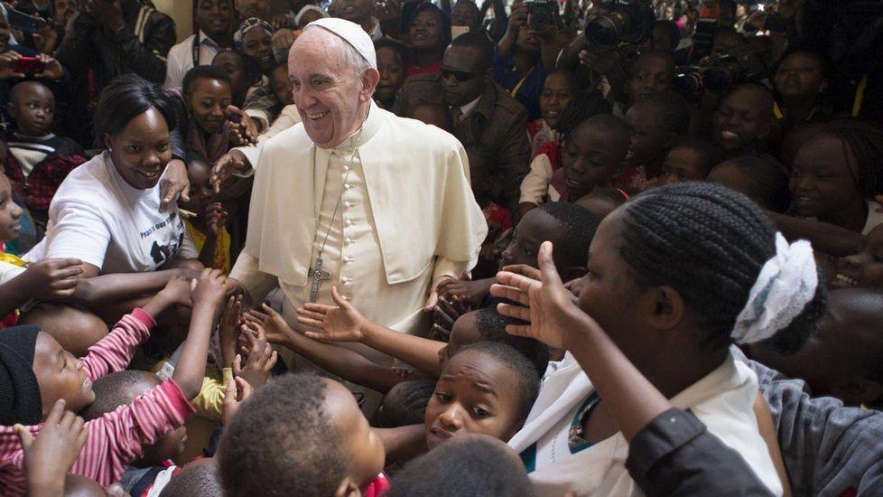 El papa Francisco llega a Uganda.Las mujeres de esta comunidad marfileña se benefician de un programa de microcréditos.