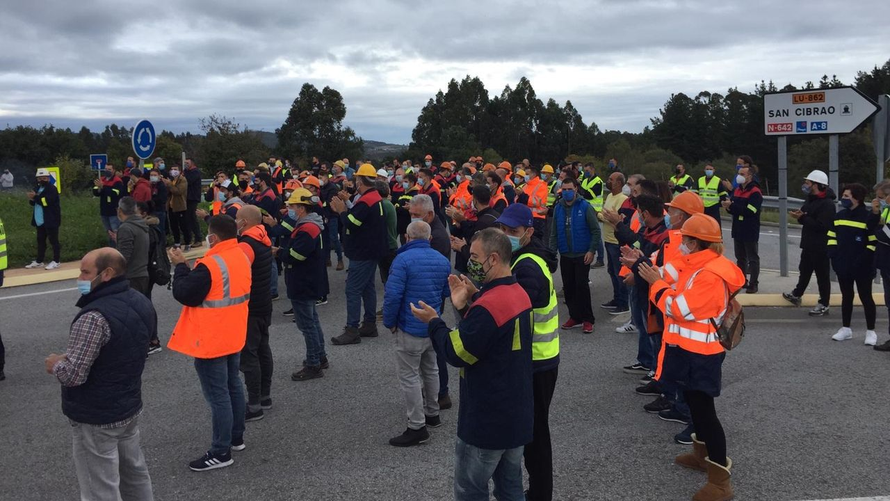 Protesta de los trabajadores de Alcoa cortan la carretera de la costa en Xove.Obras del viaducto del río Pambre de la A-54, que tendrá una longitud de un kilómetro