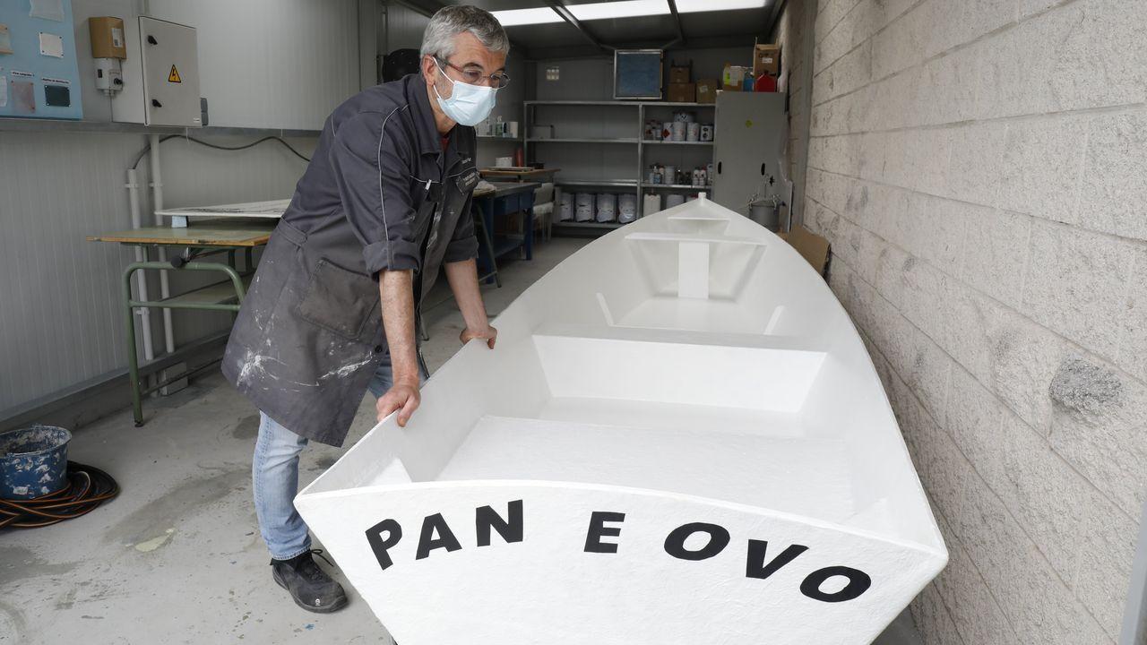 El profesor Daniel Paz Queiruga con la embarcación que fue construida en el taller de Metais e Polímeros del instituto de Xove
