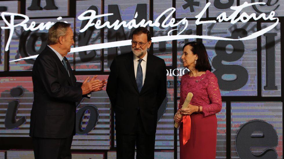María Emilia Casas recibe en La Voz de Galicia el Premio Fernández Latorre.Un nuevo partido: en 1983, en campaña con un partido de centro galleguista