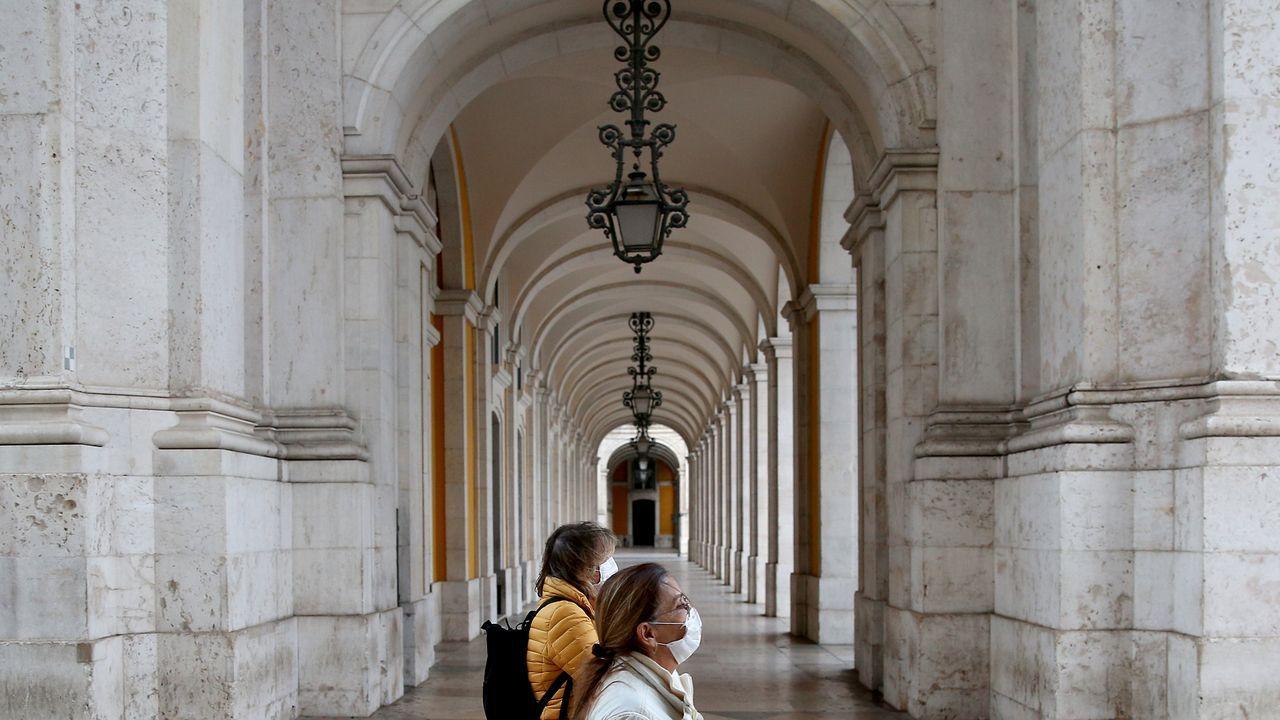 Mujeres con mascarillas en la ciudad de Lisboa