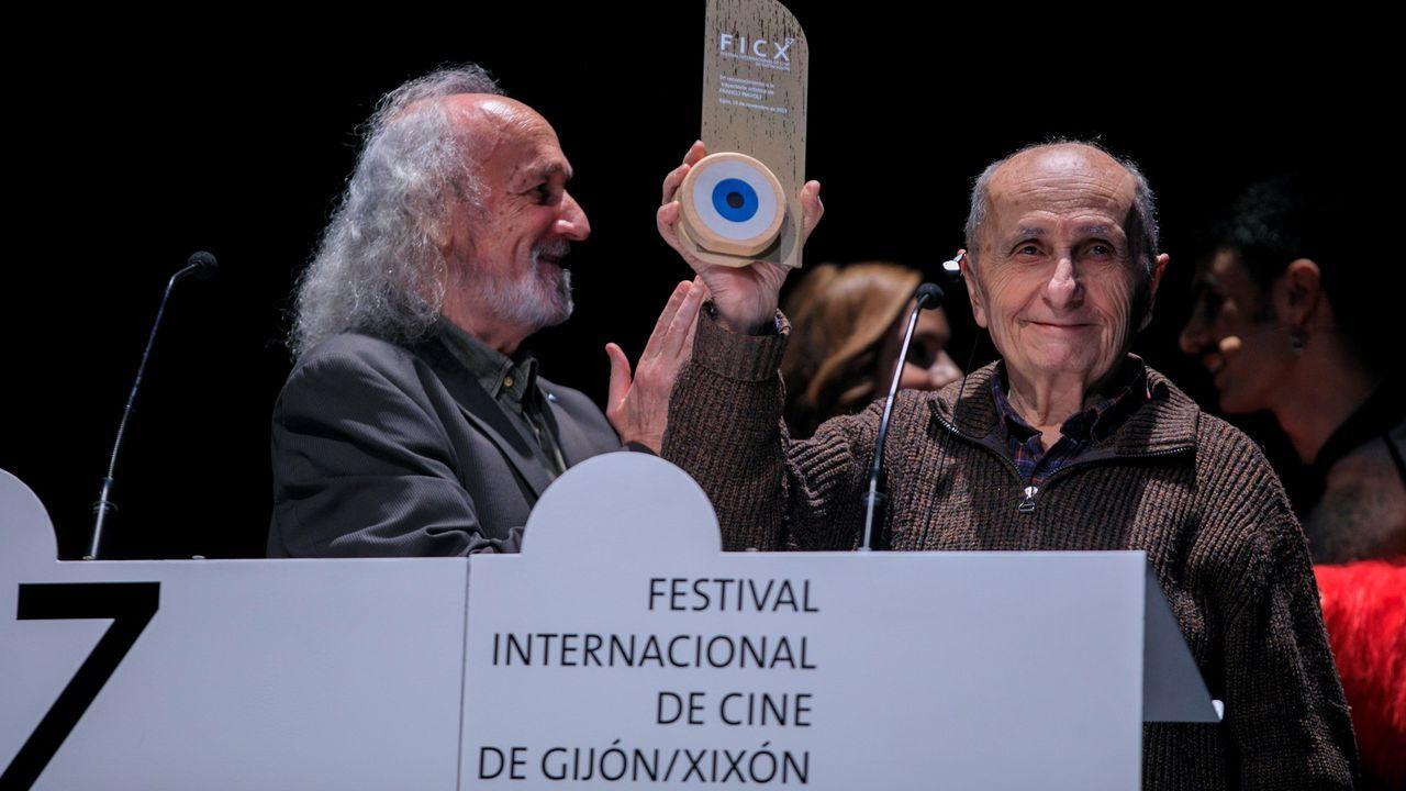 Comisaría de la Policía Nacional en Gijón.El director italiano Franco Piavoli (d) recibe de manos de Montxo Armendáriz el galardón por toda su trayectoria, durante la gala inaugural del Festival Internacional de Cine de Gijón que se desarrollará hasta el 23 de noviembre con la proyección de 174 películas, 16 de ellas a concurso en la sección oficial