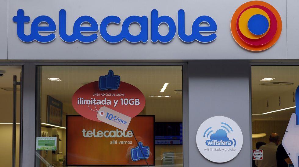 Una de las tiendas de Telecable en Oviedo.