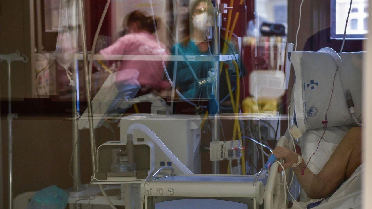 Un paciente enfermo de coronavirus espera a ser atendido en la uci del Hospital de Basurto, en Bilbao