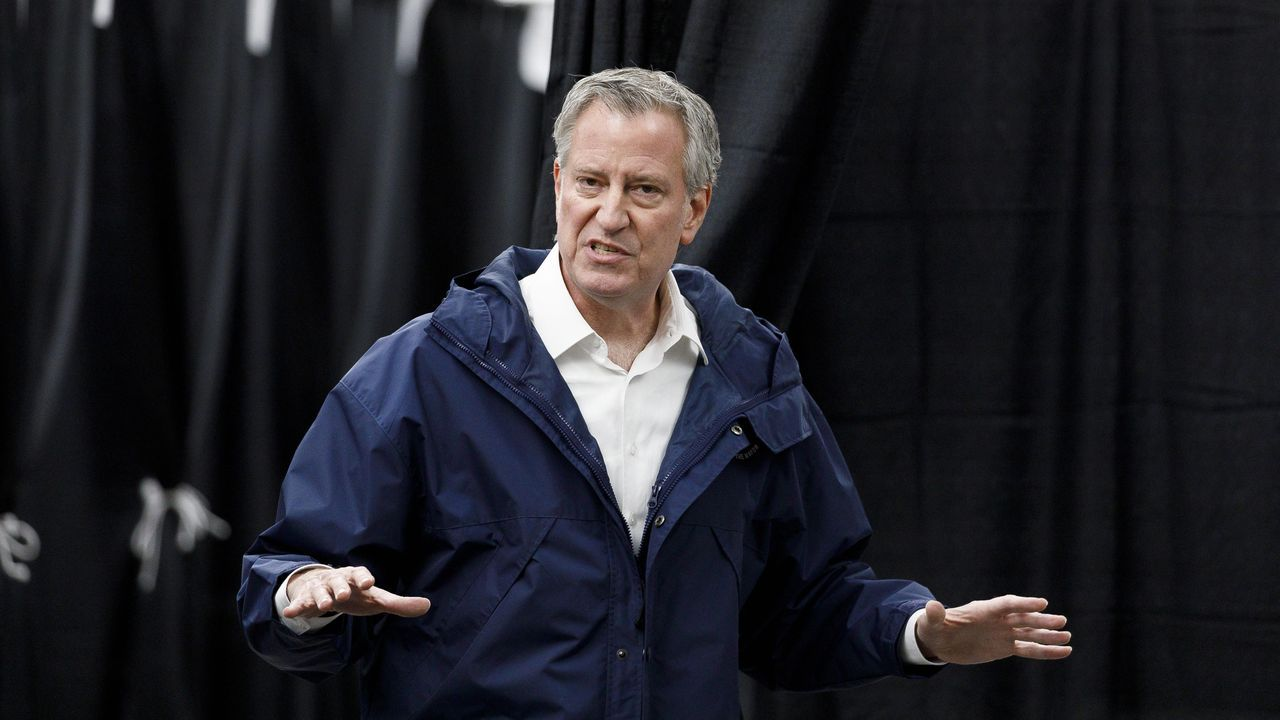 El alcalde de Nueva York, Bill de Blasio, anunció este sábado el cierre de los colegios