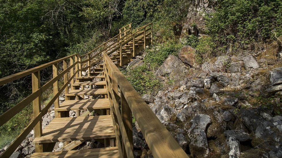 Una pasarela escalonada de reciente construcción permite llegar sin grandes dificultades a la cascada