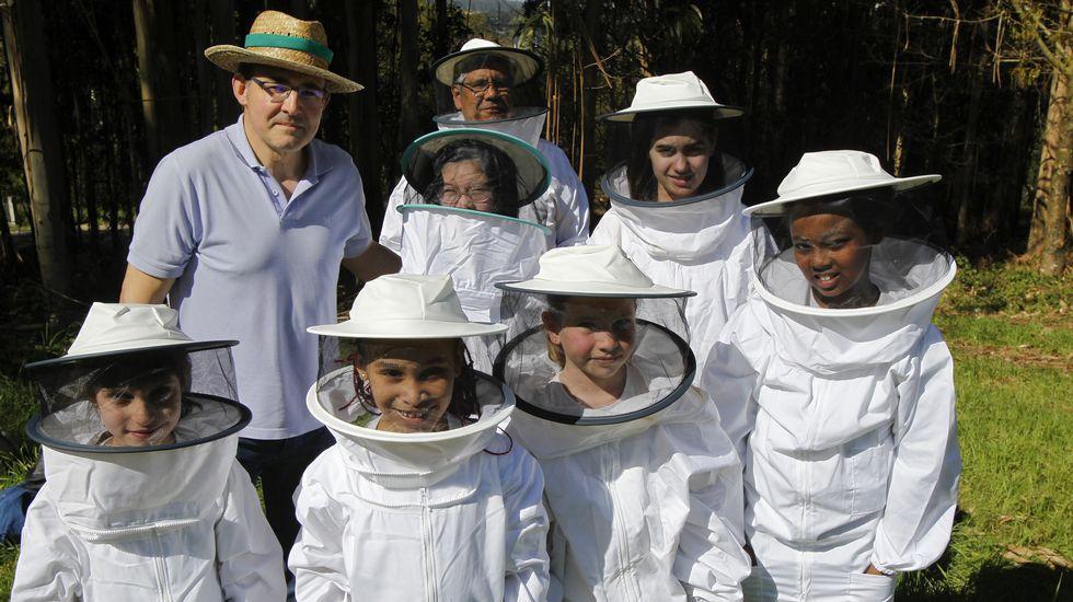Xosé Manuel Durán (sin traje) en una visita con escolares a una explotación de bioapicultura