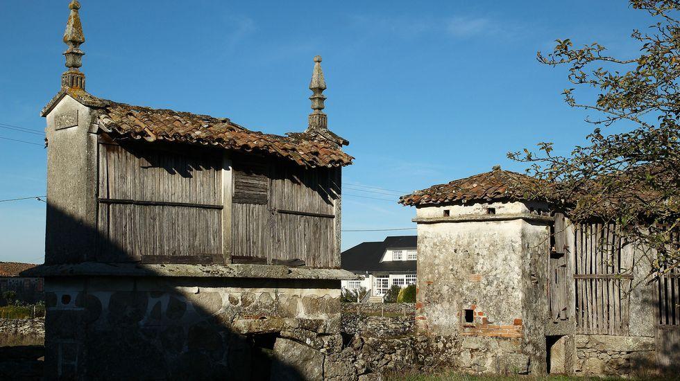 Un hórreo junto a un palomar en Mosteiro