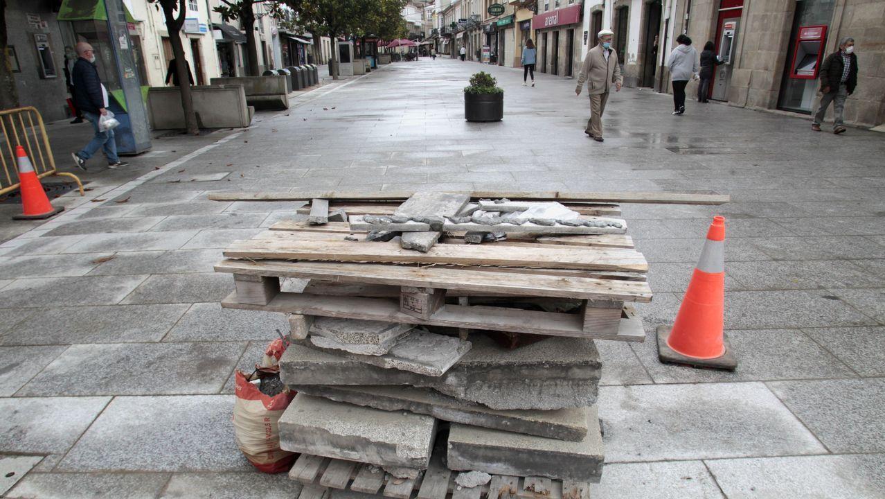 Obstáculos instalados para cerrar el paso a vehículos en el inicio del tramo peatonal del Cardenal