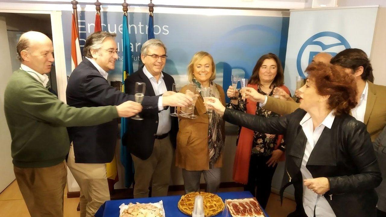 Mercedes Fernández, en el centro, brinda con integrantes del PP gijonés en su sede