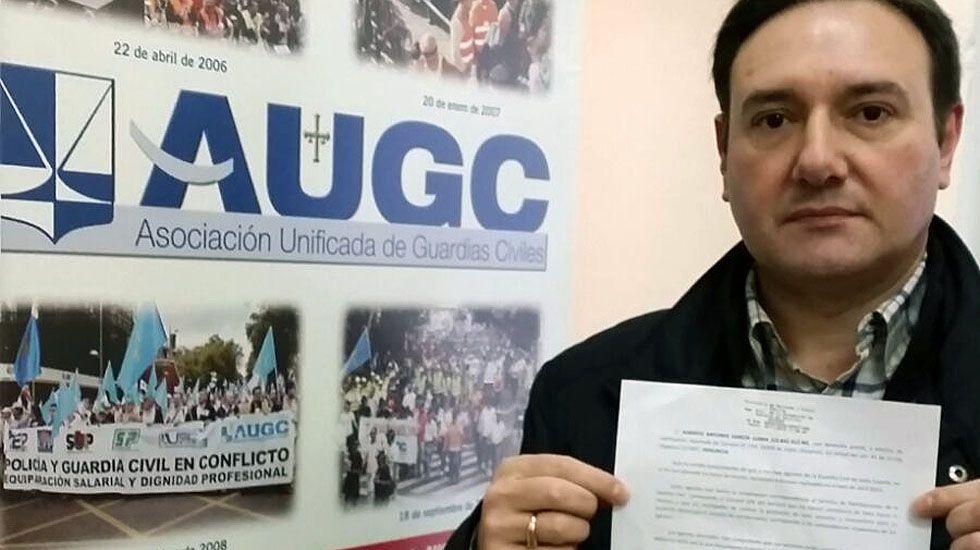El secretario general de la Asociación Unificada de Guardias Civiles (AUGC) en Asturias, Alberto García Llana, con la denuncia.El secretario general de la Asociación Unificada de Guardias Civiles (AUGC) en Asturias, Alberto García Llana, con la denuncia