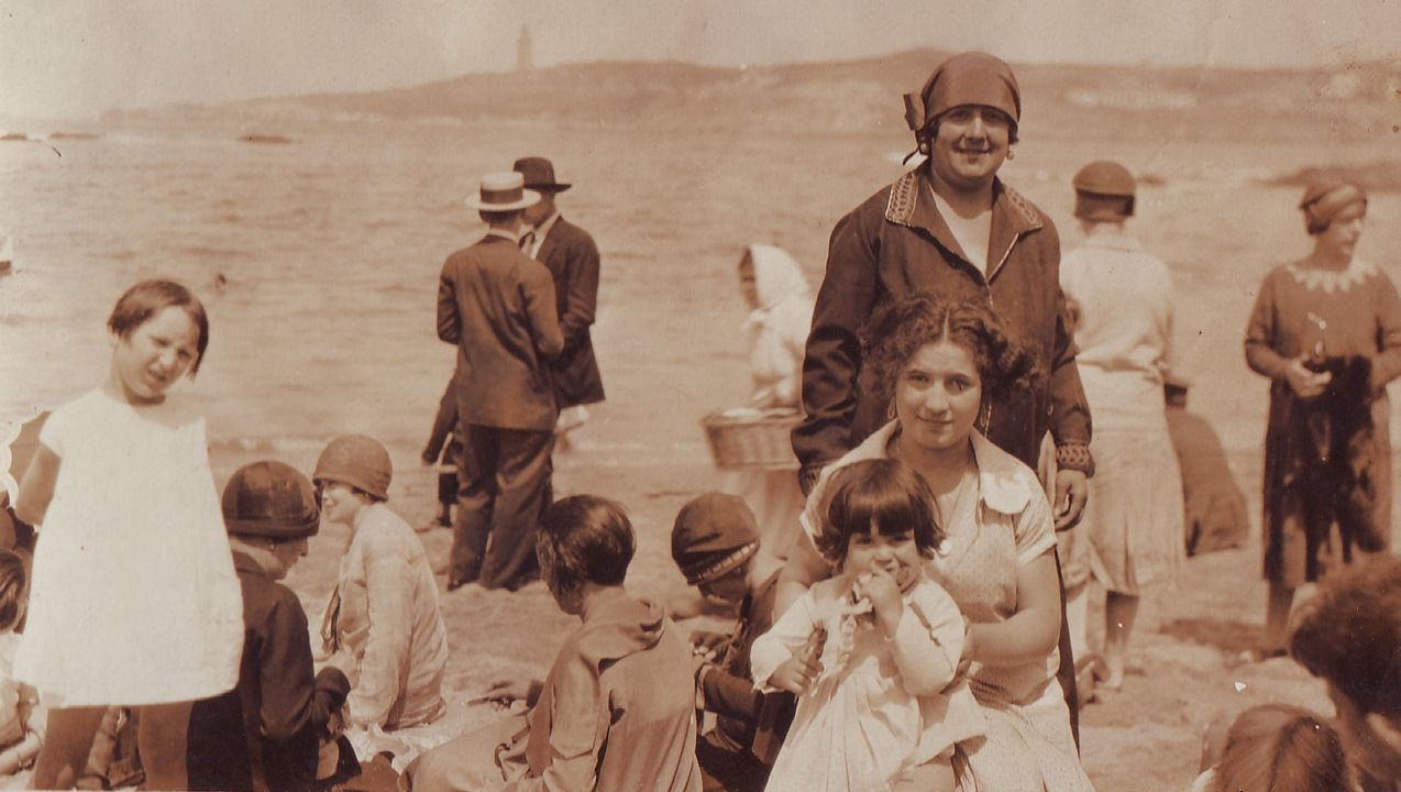 Feirón en Culleredo.Fotos para el Album de tus recuerdos de A Coruña.  Esta es de la playa de Riazor, en el año 1920. Al fondo de la imagen puede verse la Torre de Hércules.