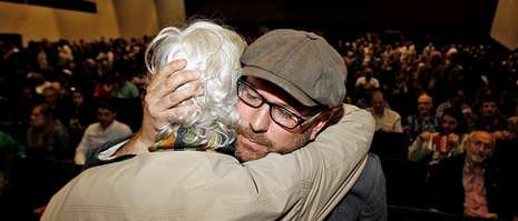 Xosé Manuel Beiras, recién aclamado como portavoz, se abraza a Martiño Noriega, crítico con las tesis oficiales.