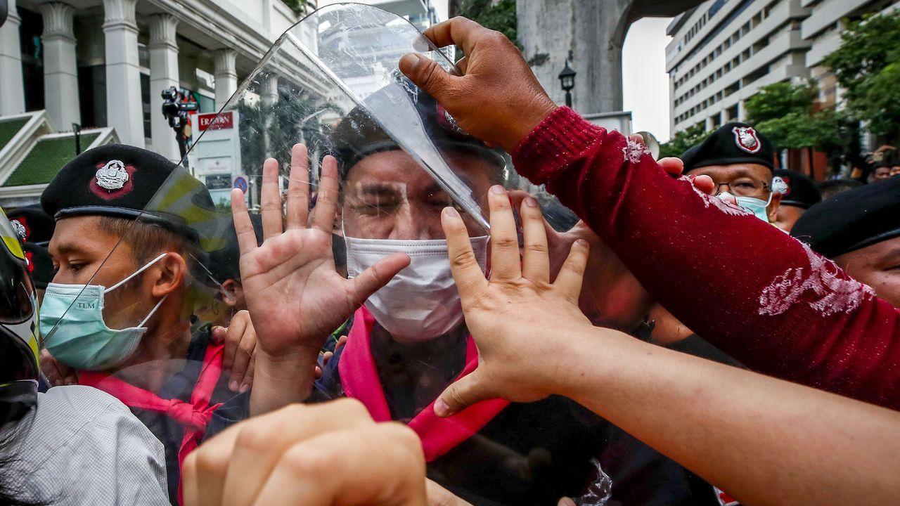 Manifestantes acosan al cordon policial