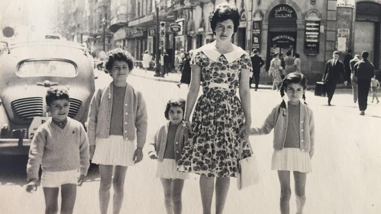 Con su madre y tres hermanos, en la esquina de la calle Colón y Urzaiz. Beatriz es la de la derecha, la de trenzas